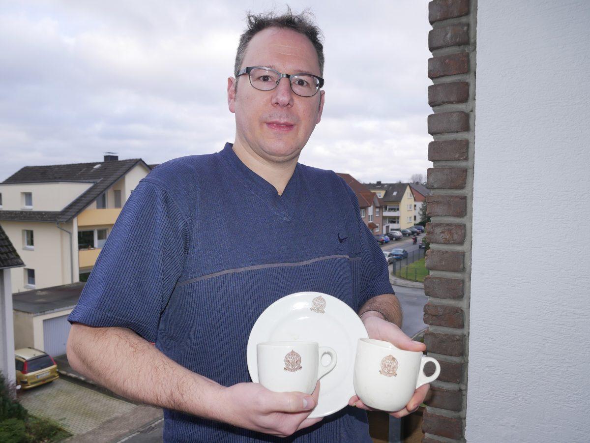 Klaus Böning zeigt das britische Geschirr aus der Lippequelle. (Foto: Klaus Karenfeld)
