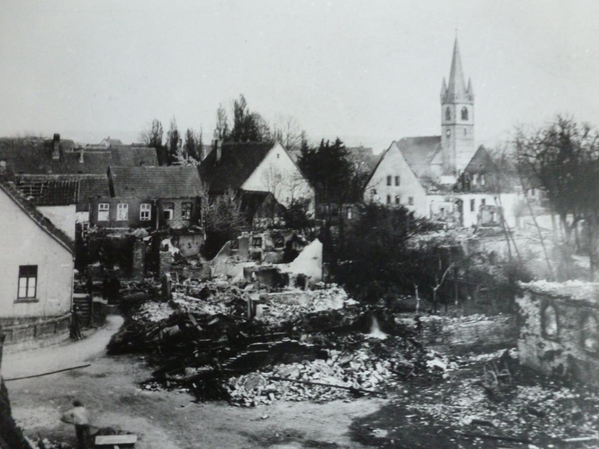 Brand in Lippspringe Blick vom Dammhof aus auf Martinstraße, Pastorenhaus und Kirche