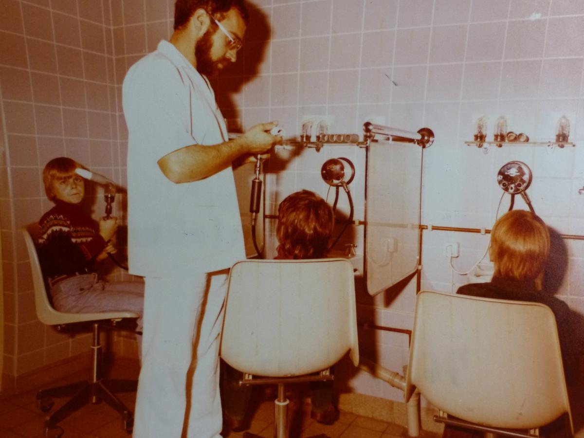 Pfleger mit drei Jugendlichen beim Atemtest 1977