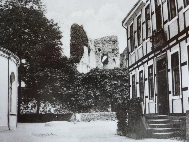 Rechts Rathaus links Teil des Arminius-Brunnenhauses, ca. 1920