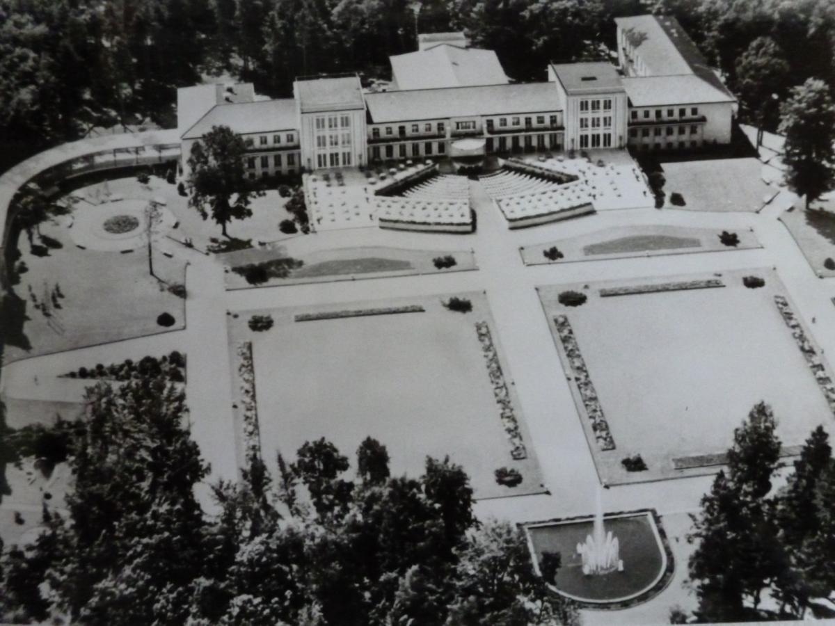 Luftaufnahme des gesamten Kurhaus und Parkareals um 1960