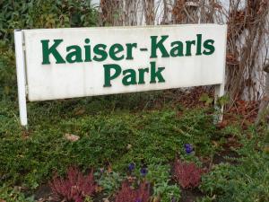 Eingangsschild Kaiser-Karls-Park, Foto von 2014