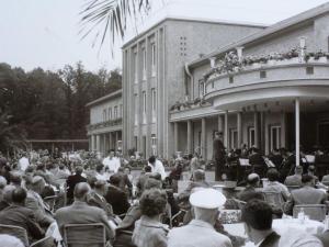 Kurhotel mit Militärorchester, ca. 1960er Jahre