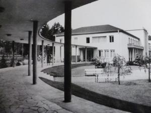 Seitenansicht Kurhaus im Park mit Wandelgängen ca. 1960