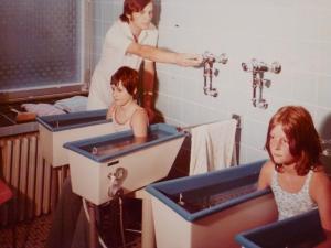 Auguste-Victoria-Stift, Armbäder mit Kindern, Therapie, 1974