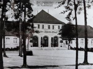 Kaiser-Karls-Bad Gebäude komplett, von Karte