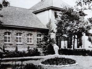 Kaiser-Karls-Bad Gebäude mit Garten Detail, ca. 1939