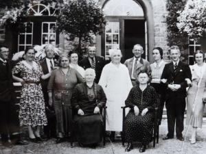 Kaiser-Karls-Bad Gebäude mit Personengruppe ca. 1939