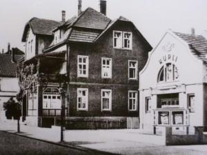 Kurheim Teutonia, Familie Schmidt, rechts das kleine Kino KURLI, ca. 1954
