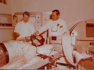Patient auf Liege mit Atemmaske, dabei ein Pfleger und der damalige Auguste-Chefarzt Dr. med. Harald Gonschewski im Jahr 1977
