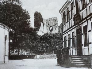 Rechts dam. Rathaus links Teil des Arminius-Brunnenhauses, ca. 1920